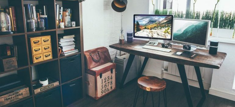 Neat and tidy office.